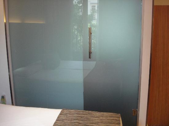 Petit Palace Plaza del Carmen: Não há parede entre o quarto e o banheiro