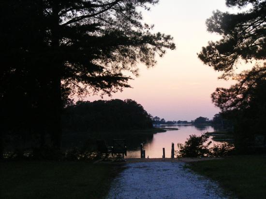 King's Creek Inn: Evening view