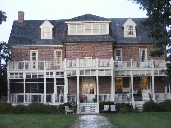 King's Creek Inn: view of the rear of the Inn, the balconies on either side lead to suites