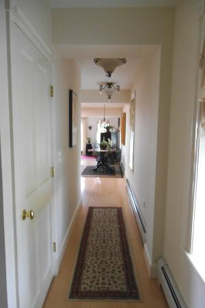 Belfast Bay Inn: Hallway into kitchen and living room