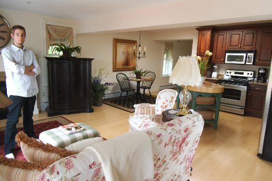 Belfast Bay Inn: Kitchen, living room and dining table.