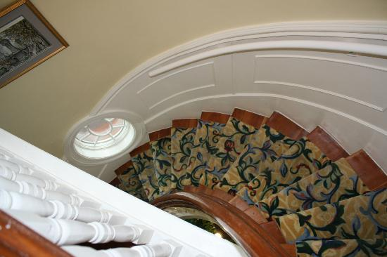 Atlantis Inn Luxury B&B: Gorgeous staircase