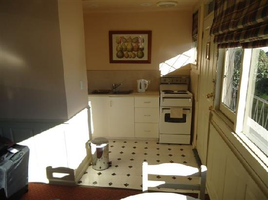 Battery Point Boutique Accommodation: kitchen
