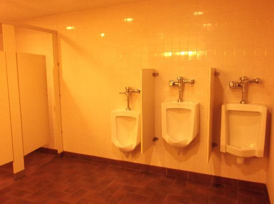 Red Lion Hotel Eureka: Clean Bathroom off pool area