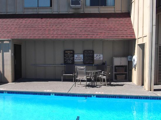 Red Lion Hotel Eureka: Outdoor pool sitting area and bathroom entry