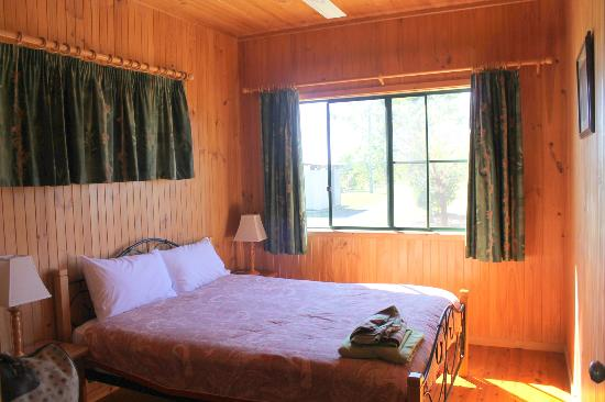 Henderson Park Farm Retreat: Bedroom in cabin 1