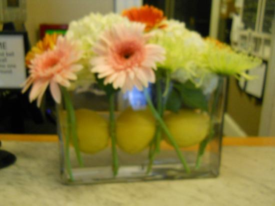 Woods Hole Inn: Fresh flowers in every room