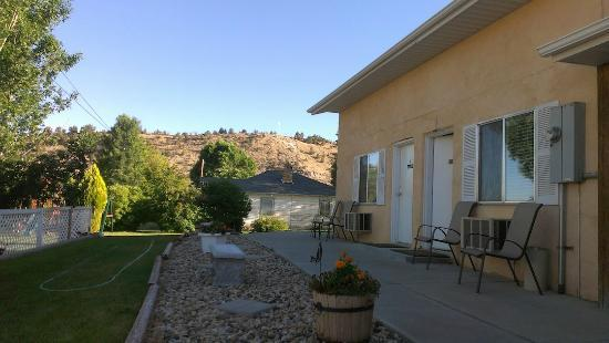 Bybee's Steppingstone Motel: View from outside the room.