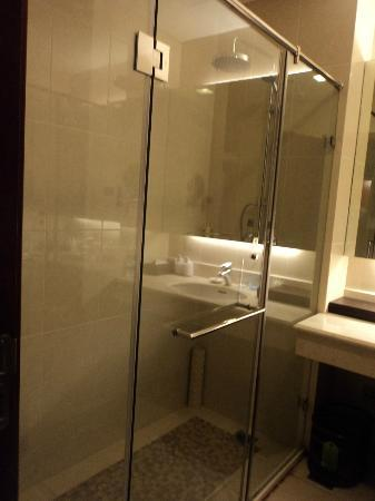 Inner Mongolia Grand Hotel: Enclosed shower area, clean bathroom