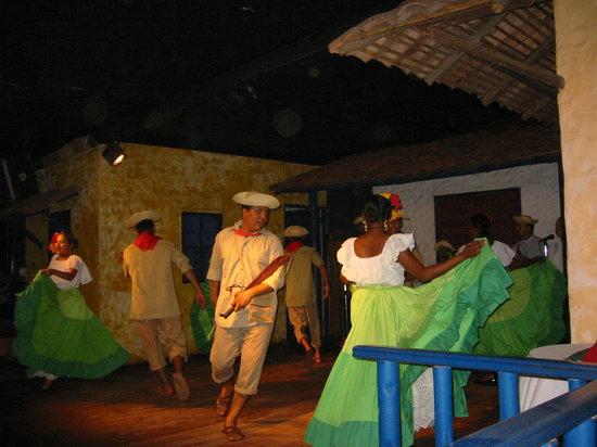 Restaurante Tinajas: Folk dancing show