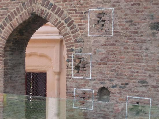Amritsar, Índia: Chalk marks showing the bullet marks.