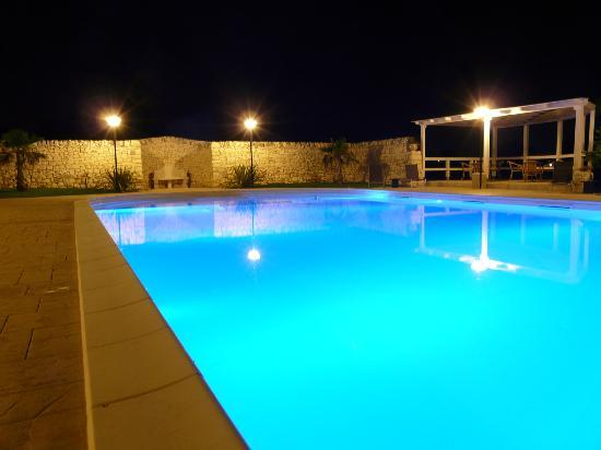 Artemisia Resort: Piscina di notte