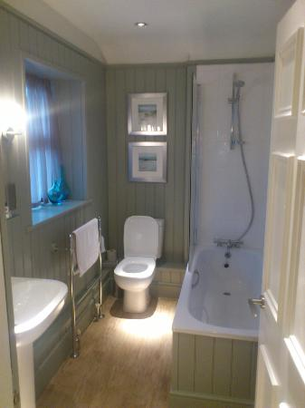The Anglesey Arms: very nice bathroom. great shower!