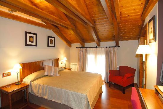 Hotel Diamo: Habitacion abuhardillada con cama de matrimonio