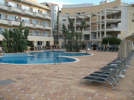 Grupotel Acapulco Playa: Pool mit den Zimmern im Hintergrund