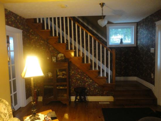 Wine Country Bed & Breakfast : Stairs leading to upstairs bedrooms