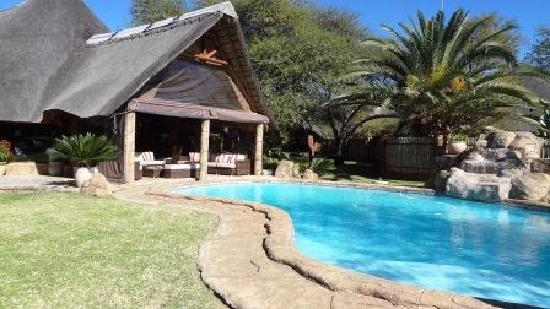 Ditholo Game Lodge: Pool with Sun Room