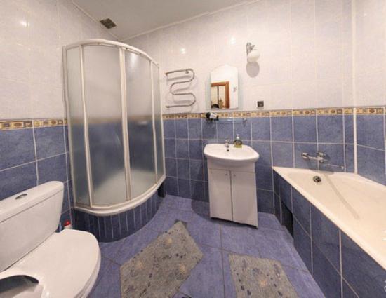 Rynok apartament: ванная комната с душем и ванной