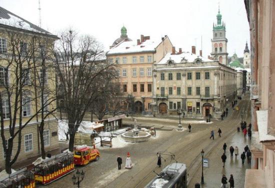 Rynok apartament: вид из окон на средневековую пл.Рынок
