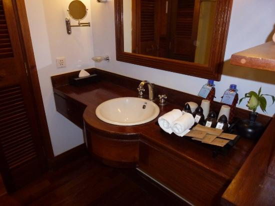 Victoria Angkor Resort & Spa: spacious bathroom