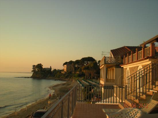 Hotel La Darsena : vue de la terrasse, face à la mer, à droite de l'hôtel