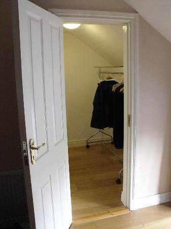 ‪‪O'Briens Cashel Lodge‬: spacious closet with plenty of hangers‬
