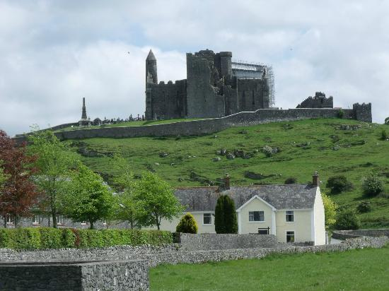 O'Briens Cashel Lodge: O'Brien Lodge and the Rock of Cashel