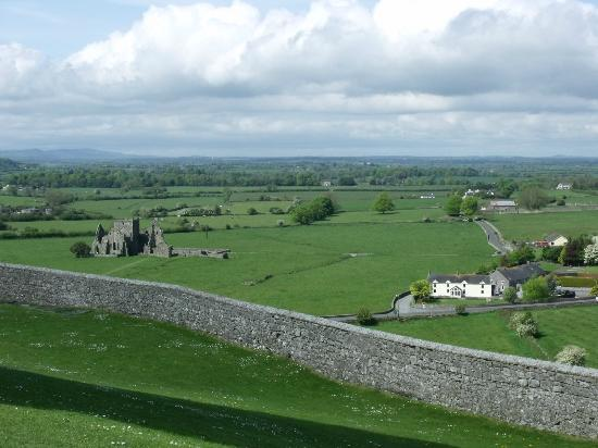 O'Briens Cashel Lodge: View from the Rock to the Lodge and Hore Abbey