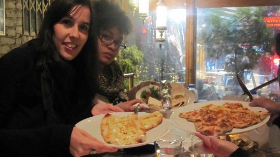 Masal Restaurant : Cenando en la terraza unas pizzas turcas y kebac
