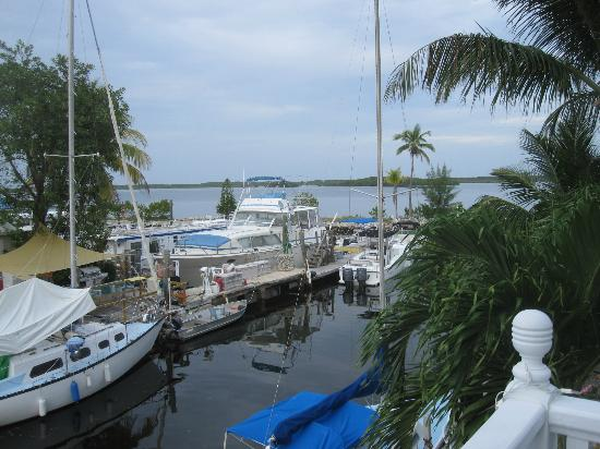 Tarpon Flats Inn: boats by grounds