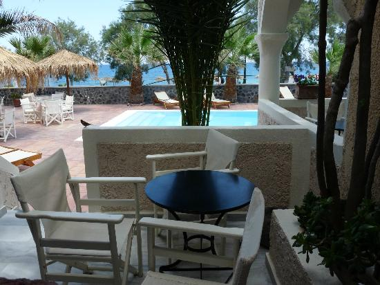 The Boathouse Hotel: Вид на сад, бассейн и море!