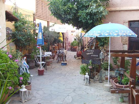 Pazinos Village Studios: Μπαινοντας στην αυλη