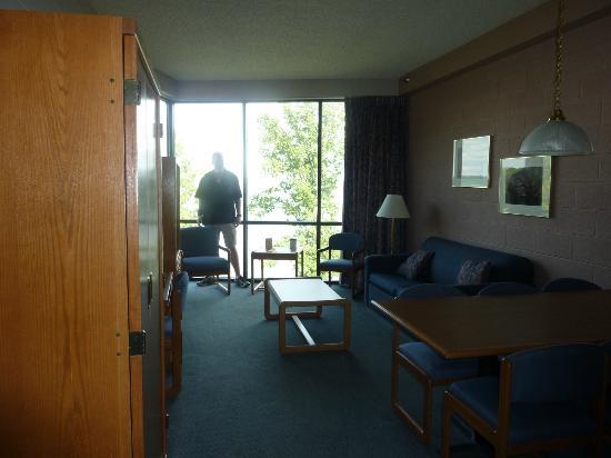 Paris Landing Park Inn: connecting suite living area