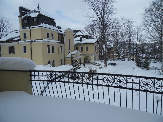 Art & Spa : widok z okna na korytarzu na wejście do hotelu zimą
