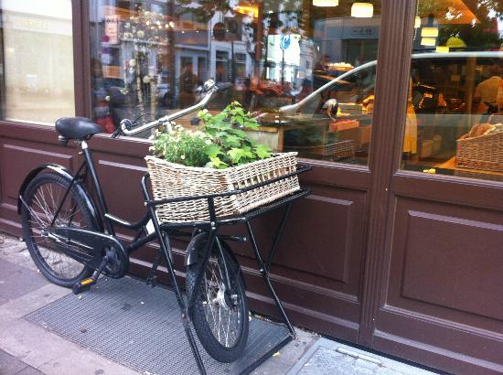 Altstadt: 旧市街 (アルシュタット)  。お店屋さんと自転車