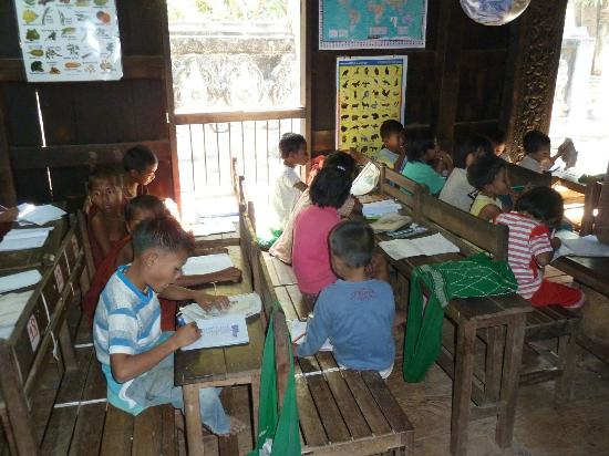 Innwa: Kinder in der Klosterschule