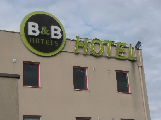 B&B Hotel Goussainville: A little airplane noise