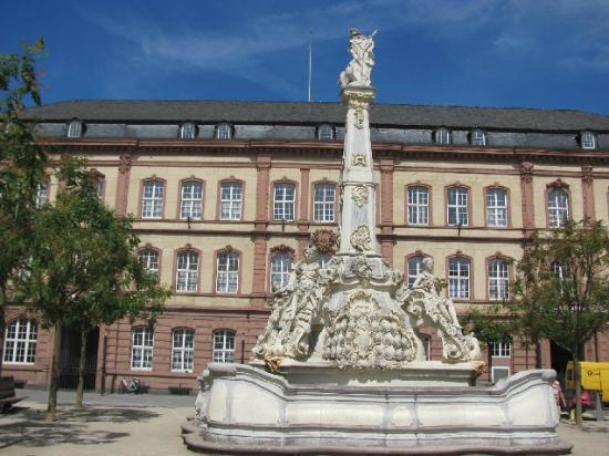 Kornmarkt: Kaiserlichen Oberpostdirektion and Georgsbrunnen