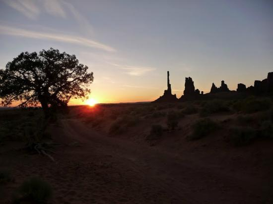 Majestic Monument Valley Touring Co.: Sunrise at the Totem Pole