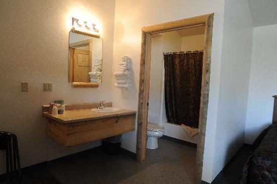 Big Bear Motel: Our brand new top floor bathroom area