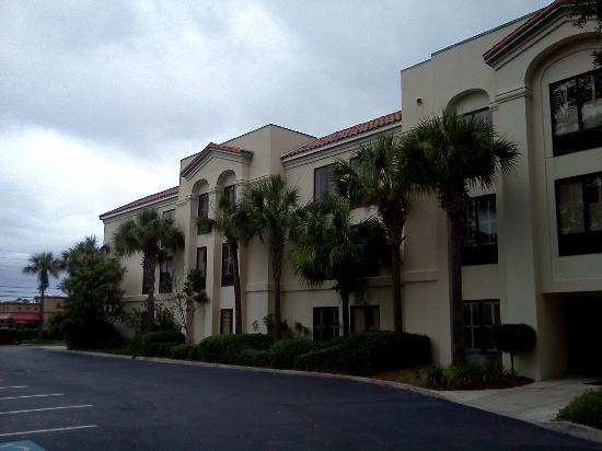 Hampton Inn St. Simons Island: Lovely outside