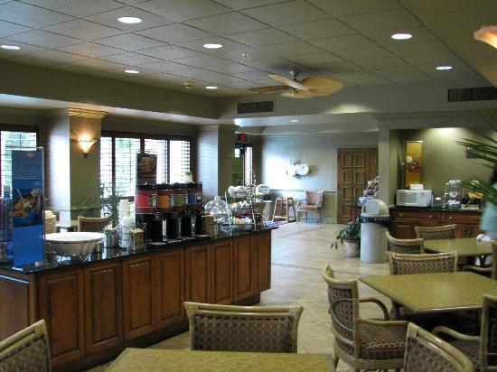 Hampton Inn St. Simons Island: Breakfast area - lots of room, lots of great choices (except avoid the eggs)