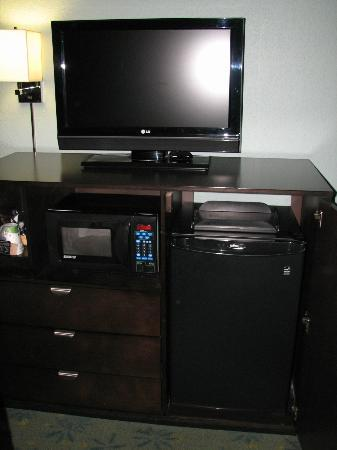 Hampton Inn St. Simons Island: TV, coffee center, microwave, and fridge