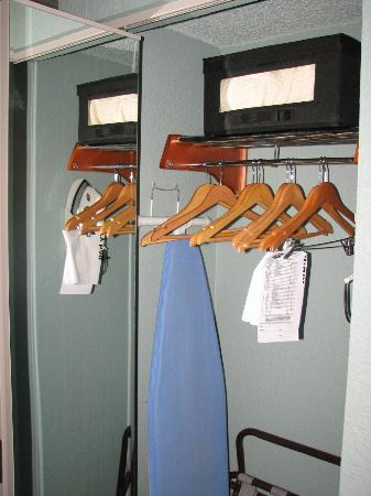 Hampton Inn St. Simons Island: Closet with iron & safe, full-length mirror