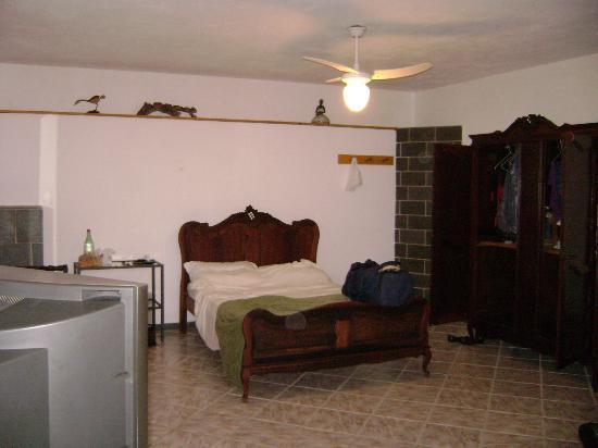 Pousada La Dolce Vita: Interior do quarto mais barato (é bem grande)