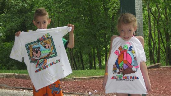Yogi Bear's Jellystone Park Mammoth Cave : coloring their own t-shirts