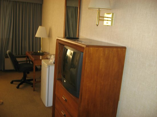 Clarion Hotel and Convention Center : tv/desk