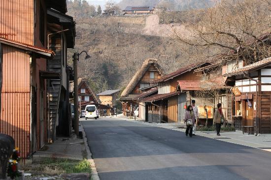 Yokichi: Main street through Ogimachi.