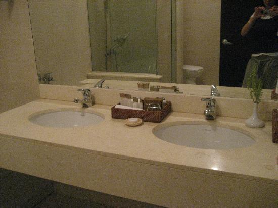 Bagno con doppio lavabo foto di jaz oriental resort mersa