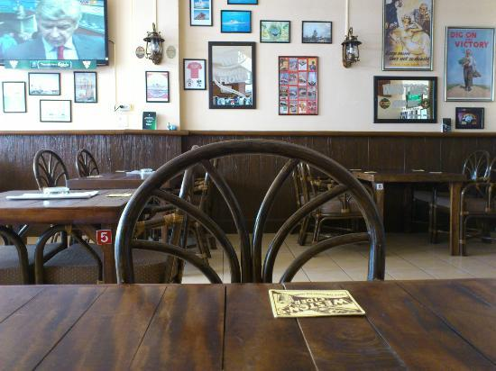 Beach Breeze Guesthouse: The bar, with cable TV and sweet ambience